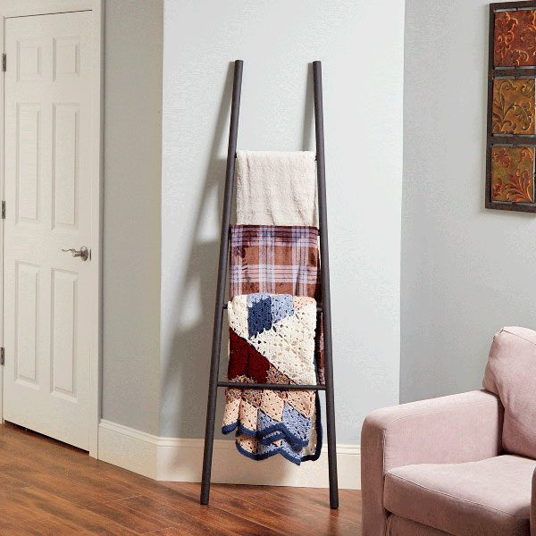 How to make a blanket ladder with dowels the family handyman for Fabriquer un valet de chambre