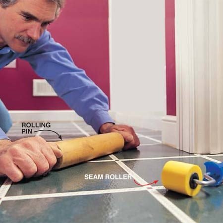 <b>Photo 15: Press down the floor</b><br/>Press the vinyl tight to the floor with a rolling pin. Work from the center out. Press the edges with a wallpaper seam roller.