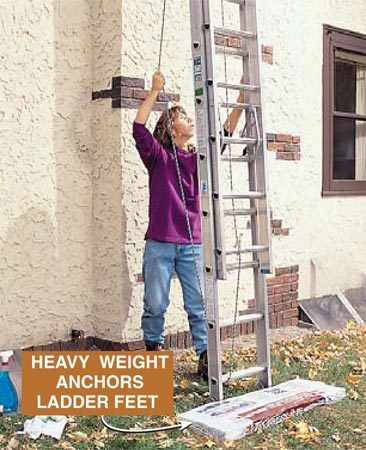 <b>Photo 2: Extend the ladder</b><br/>Extend the ladder while holding it vertical.