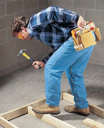 <b>Photo 4: Pockets to the rear</b></br> Switching the pockets to the rear allows you to bend over more easily for tasks like wall framing.