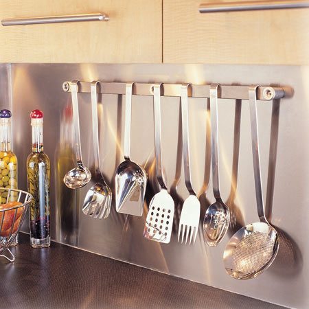 <b>Stainless steel backsplash and rack</b></br> A stainless steel backsplash brightens and adds pizzazz to any kitchen.