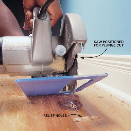 <b>Photo 2: Cut into the damaged floorboard</b><br/>Make relief cuts in the flooring plank using a circular saw.