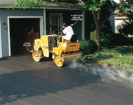 <b>3: Good asphalt compaction</b></br> The asphalt is compacted with heavy rollers soon after it's spread. If the asphalt cools too much before rolling, it can't be compacted well.