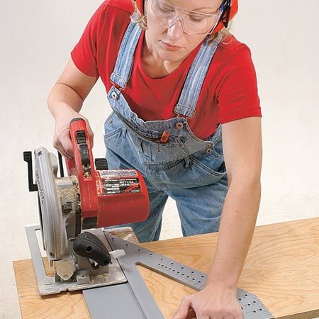 <b>Photo 1: The saw glide in action</b></br> Hold the tool firmly on the board and slide your saw along the glide path.