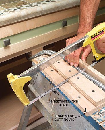 <b>Photo 5: Cut the flex</b></br> Mark the flex and cut it off with a hacksaw to the desired length. Build a cutting guide as shown.