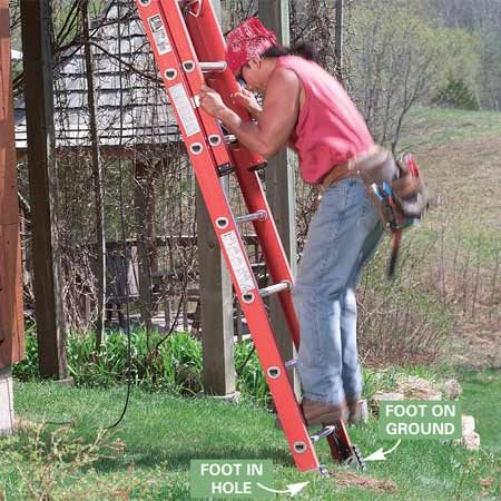 <b>Photo 6: Set the feet firmly</b></br> Jump on the lowest rung to set the ladder firmly and to test for stability. If the ladder tips to one side, move it aside and adjust the depth of the hole.