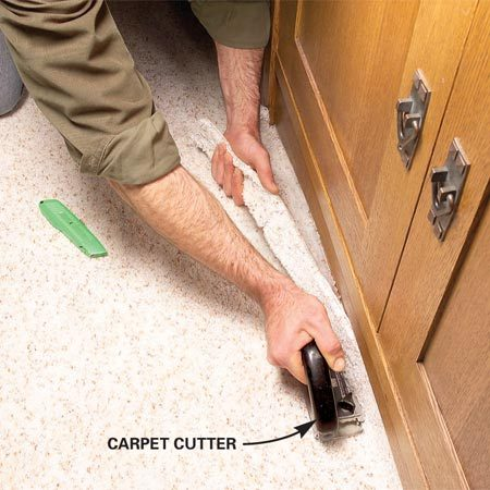 <b>Photo 10: Trim with a carpet cutter</b></br> Hold the carpet cutter tight to the built-in (or baseboard) and cut through the front side of the carpet.