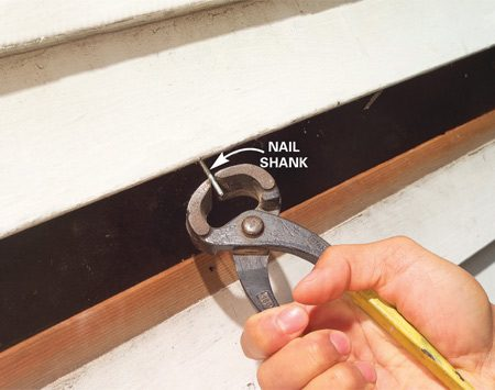 <b>Photo 3: Remove the cut nail</b></br> Bend the remaining shank of cut nails down with side cutters or needle-nose pliers. Then grab it with nippers or locking pliers and pull it.
