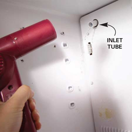 <b>Photo 2: Melt the ice</b></br> Melt the ice in the water inlet tube with a hair dryer. Don't stop until water stops dripping from the tube.