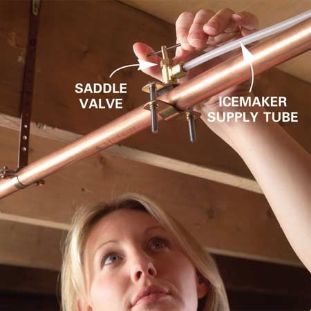 <b>Photo 3: Unblock the saddle valve</b></br> Turn the saddle valve clockwise to unblock it. Firmly tighten it to clear mineral deposits from the pinhole. Then reopen the valve.