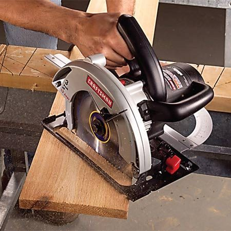<b>Photo 3: Keep the saw moving smoothly</b></br> Concentrate on keeping the base plate tight to the guide and the saw moving at a constant speed throughout the cut.