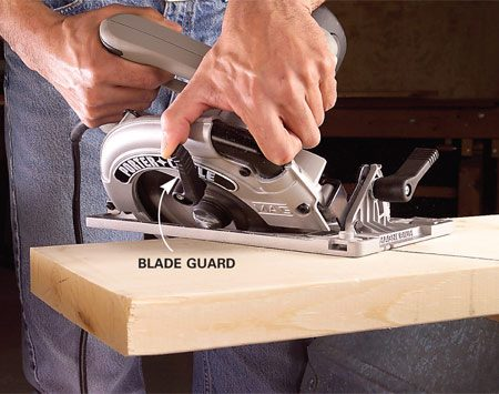 <b>Photo 1: Pull the blade guard up</b></br> Retract the blade guard as you start the cut. Align the saw blade and the mark on the saw's base plate with the cutting line and start the cut.