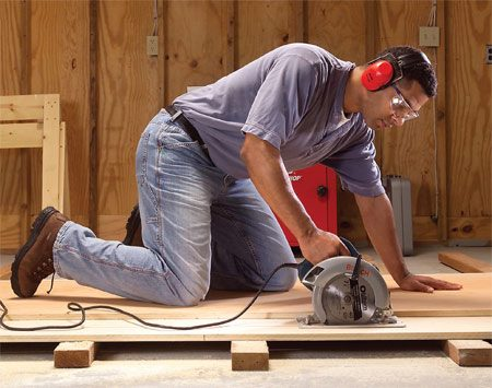 <b>Photo 1: Cut smoothly</b></br> Make a smooth steady cut, without stopping the entire length. If you stop, you'll leave a blade mark in the plywood edge.