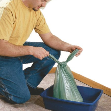 <b>Lift out the bag and discard used litter</b></br> When it's time to change the litter, simply lift out the bag, tie it off and throw it all away.