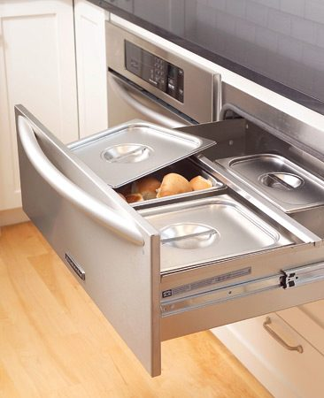 <b>Cool drawers that keep things warm.</b></br> Warming drawers, directly across from the cooktop and kitty-corner to the ovens, are a near-necessity when you're hosting large dinner parties.