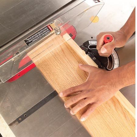<b>Photo 2: Cut the board</b></br> Start the saw, hold the board firmly against the fence and push the board completely past the saw blade.
