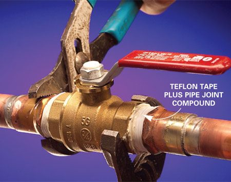<b>Photo 3: Tighten the connection</b></br> Using two wrenches, tighten the connection.