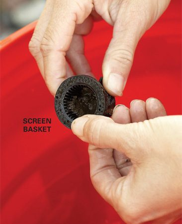 <b>Photo 2: Clean the screen basket</b></br> Remove the screen basket from the bottom of the head, then clean it with water.