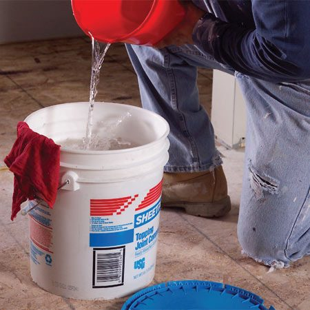 <b>Keep compound moist</b></br> Prevent crumbs of dry compound from forming in the bucket. Wipe the inside of the bucket clean and cover the leftover compound with water.