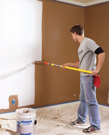<b>Photo 1: Roll the full height</b><br/>Run the roller up the full height of the wall to keep a wet edge.