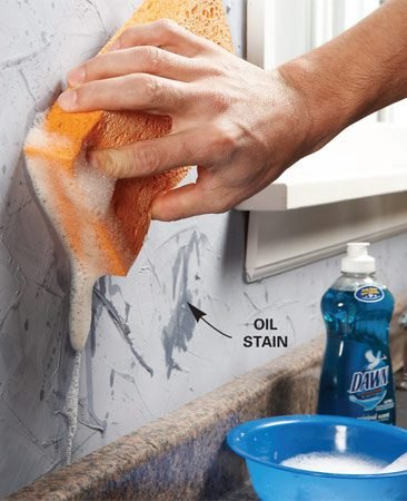 <b>Removing an oil stain</b><br/>Mix dishwashing detergent with water and lightly sponge the oil spot.