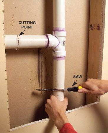 <b>Photo 2: Remove pipe</b></br> Cut the plastic at a right angle using a fine-tooth saw and remove the assembly.