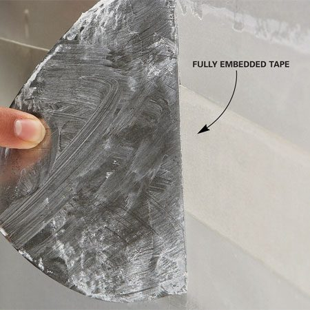 <b>Embedding the paper tape</b></br> Press the tape into the compound, spreading the squeeze-out along the sides.