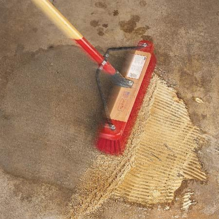 <b>Photo 2: Let dry and sweep</b><br/>Sweep up the powder once it's completely dry. Then allow all moisture to evaporate completely. If the product is used on sealed concrete, evaporation can take several weeks. If stain remains, repeat the application.
