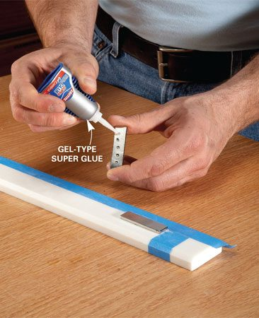 <b>Photo 1: Glue the magnets</b></br> Mark the position of the magnets and glue them on the mounting strip, orienting the magnets so they attract each other.