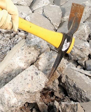<b>Pry out concrete chunks</b></br> Loosen locked-together chunks of concrete. A mattock is the perfect tool for prying them apart or pulling them up.