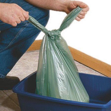 <b>Toss the works when you change the litter</b></br> When it's time to change the litter, simply lift out the bag, tie it off and throw it all away.