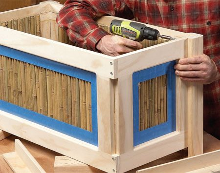 <b>Photo 4: Assemble the planter box</b></br> First screw the frames together at the corners. Then screw on the legs from inside the box and add the floor and top rim.