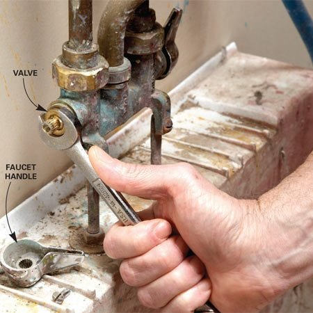 <b>Photo 1: Unscrew the valve</b></br> Remove the handle. Then turn the valve counterclockwise with a wrench. Pull out the valve.