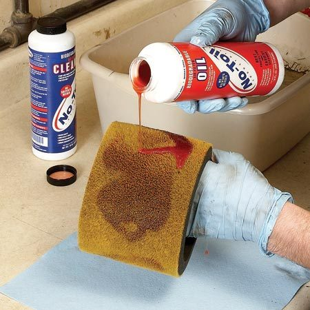 <b>Photo 2: Oil the filter</b></br> Pour fresh oil on the cleaned filter element. Then squeeze the foam to spread the oil into the pores. Reinstall it on the carburetor.