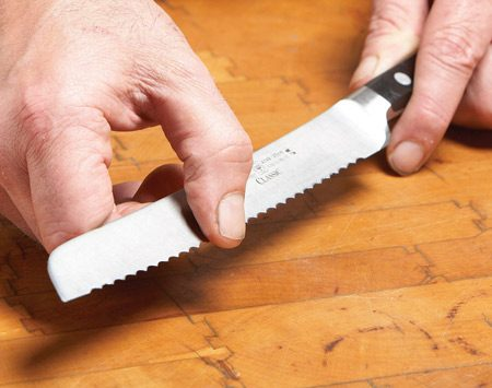 <b>Photo 2: Create the burrs</b></br> Drag your fingertip over the flat side of the knife. If you feel burrs along the whole length, good. If any scallops are missing burrs, flip the knife over and hit those again.
