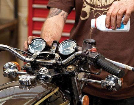 <b>Photo 5: Fill and bleed</b></br> Add fresh brake fluid. Then follow the brake bleeding procedure for your bike.