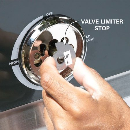 <b>Photo 2: Limit the valve flow</b></br> Remove the valve knob by pulling it straight off. Then slide on the limiter stop. Reinstall the knob by pressing it on.