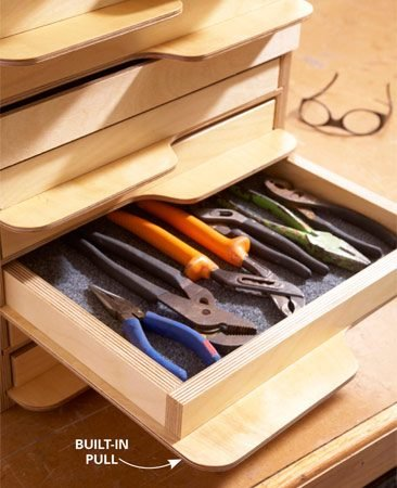 <b>Alternating paddle pulls</b></br> The rounded alternating pulls give this tool tray cabinet a unique and very appealing appearance.
