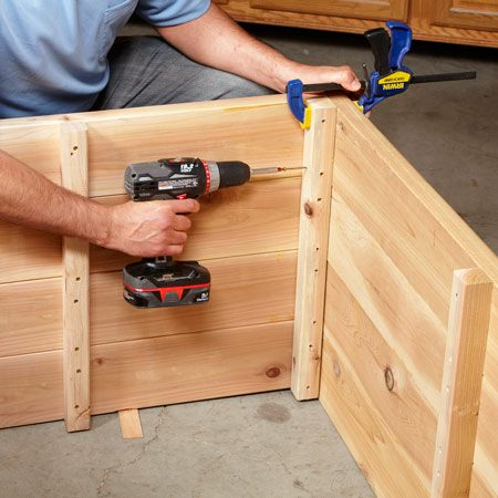 <b>Photo 3: Screw the box together</b></br> Clamp the edges together and press firmly with the other hand when screwing each plank so everything comes together tightly.
