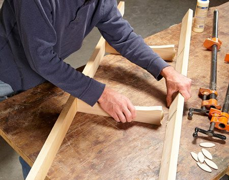 <b>Photo 8: Connect the seat rails with biscuits</b></br> Join the two long rails with the two intermediate seat rails with biscuits and glue. Clamp them and let the glue set about 30 minutes.
