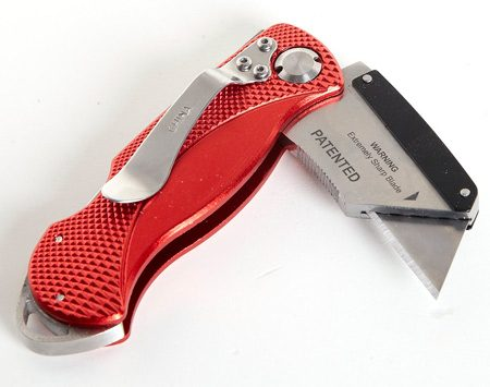<b>Knife that takes a beating</b></br> This Husky knife stays sharp thanks to replaceable utility knife blades.
