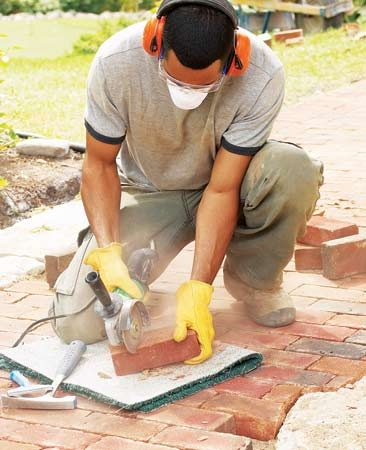 <b>Score and break brick</b><br/>Score and break brick accurately in seconds with diamond blade in an angle grinder.