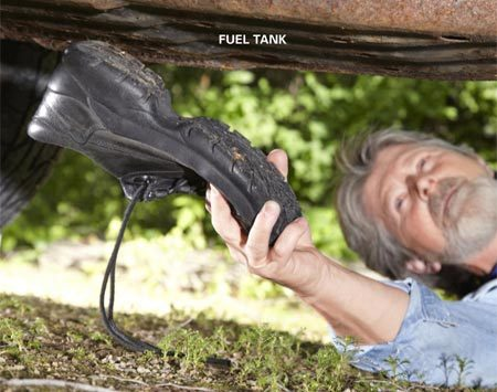 <b>Photo 4: Smack the fuel tank</b></br> Hit the bottom of the fuel tank several times with the heel of your shoe. Then try starting the vehicle.