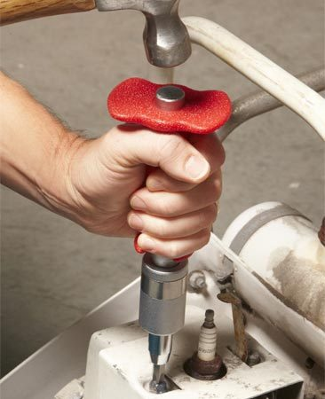 <b>Photo 2: Hammer the impact driver</b></br> Hold the body of the impact driver to prevent it from turning. Then hit the end with a serious blow.