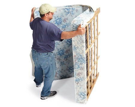 <b>2. Fold it</b><br/><p>You can now fold the box spring like a book as shown and move it. Secure it with a strap to prevent it from springing open.</p>
