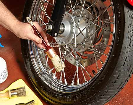 <b>Photo 2: Clean the wheels</b></br> <p>Spray the wheels and spokes with wheel cleaner and let it soak for about 30 seconds. Then brush the rim and spokes with a boar-bristle brush. Rinse everything with water and dry with the blower and towel.</p>