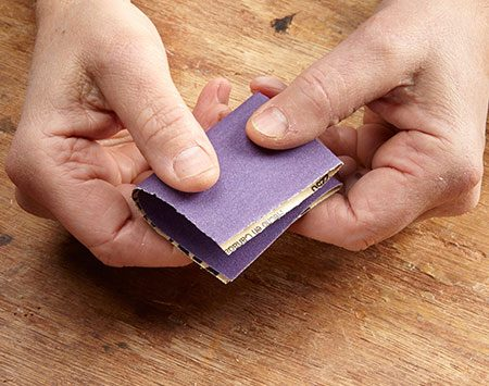 <b>Photo 2: Fold the sandpaper in half again</b></br>