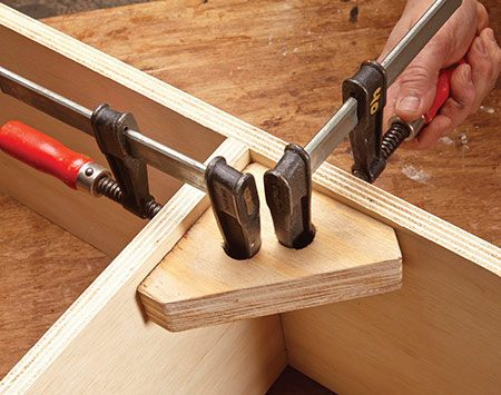 <b>Third hand</b></br> <p>This right angle clamping jig is like a third hand for holding cabinet parts together for assembly, or for clamping miter joints.</p>