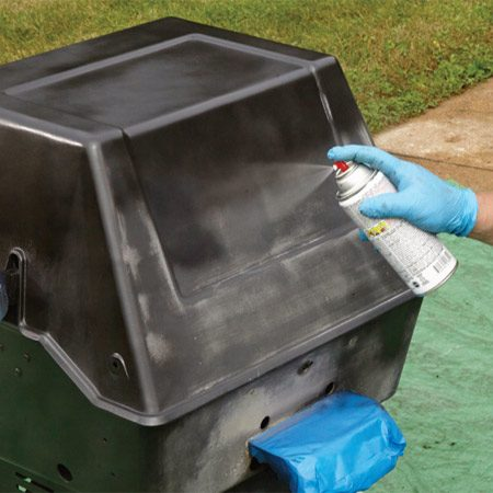 <b>Apply the finish coat</b></br> <p>Paint the top of the grill lid first. Then spray down each side all the way to the bottom of the cart. Paint the front of the grill last. Apply a second coat after waiting the recommended time.</p>