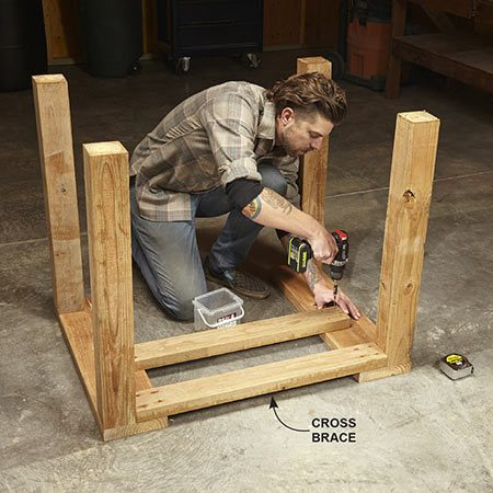 <b>Photo 3: Assemble the stand</b></br> Screw the legs to the rails. Then install the cross braces. Strengthen with diagonal struts.